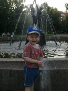 Кузьмин Артём. Около фонтана. Площадь Труда напротив цирка