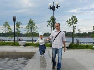 Даниил и папа гуляют на Стрелке