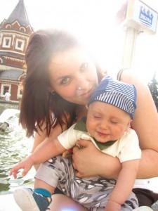 Андрейка с любимой крестной у фонтана, на улице Андропова