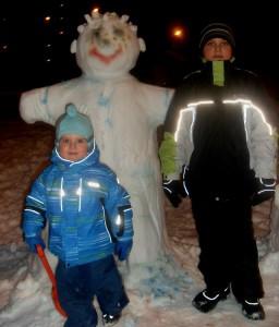 Данилка  и Дима прощаются с снежной бабой